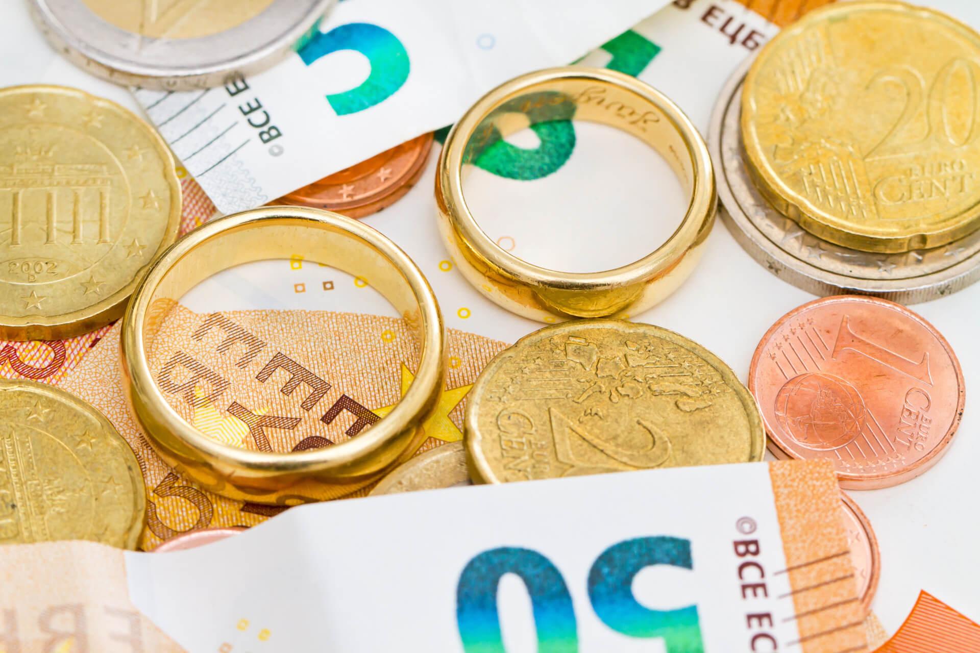 Bargeld und Eheringe