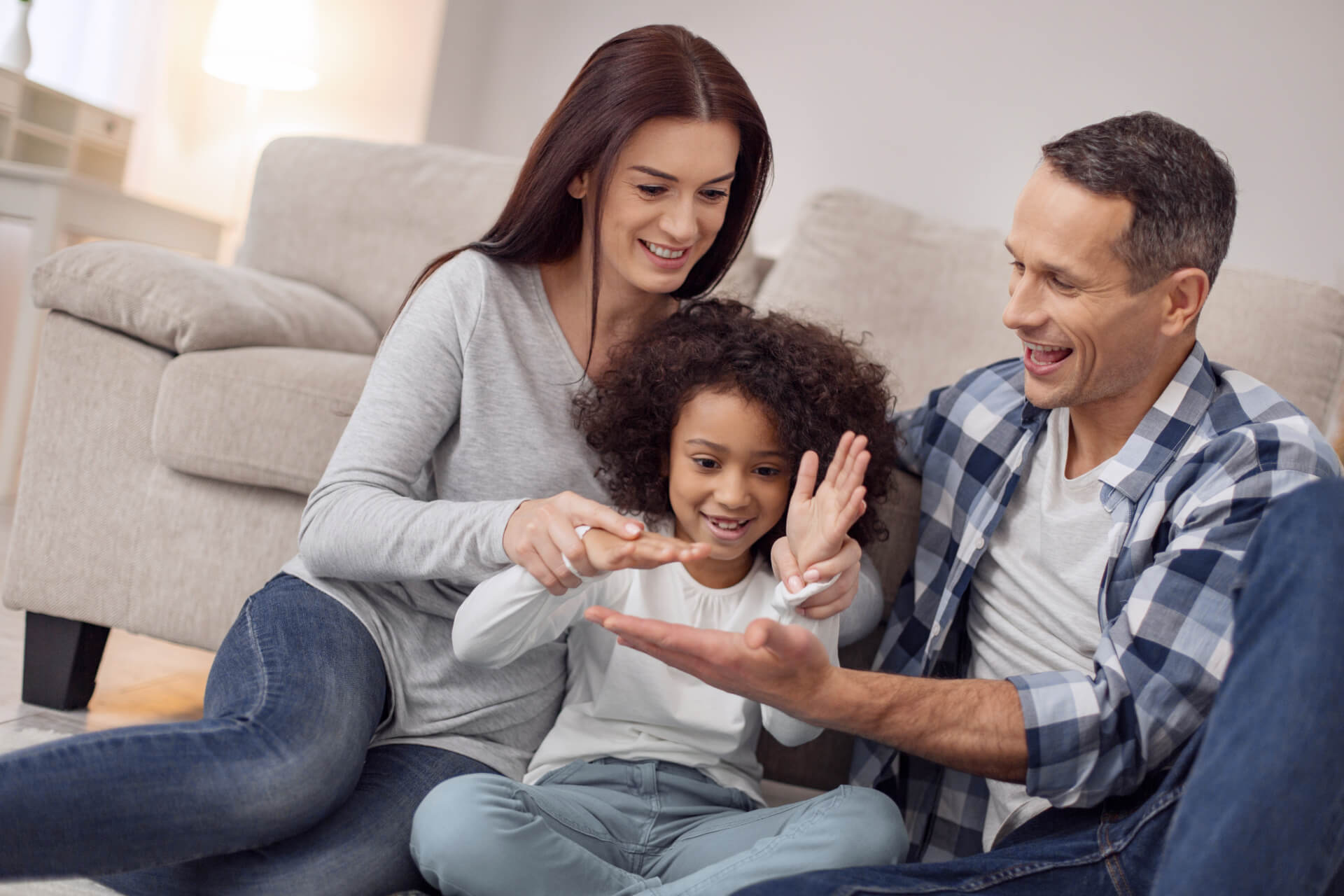 Eltern spielen mit Ihrem Kind