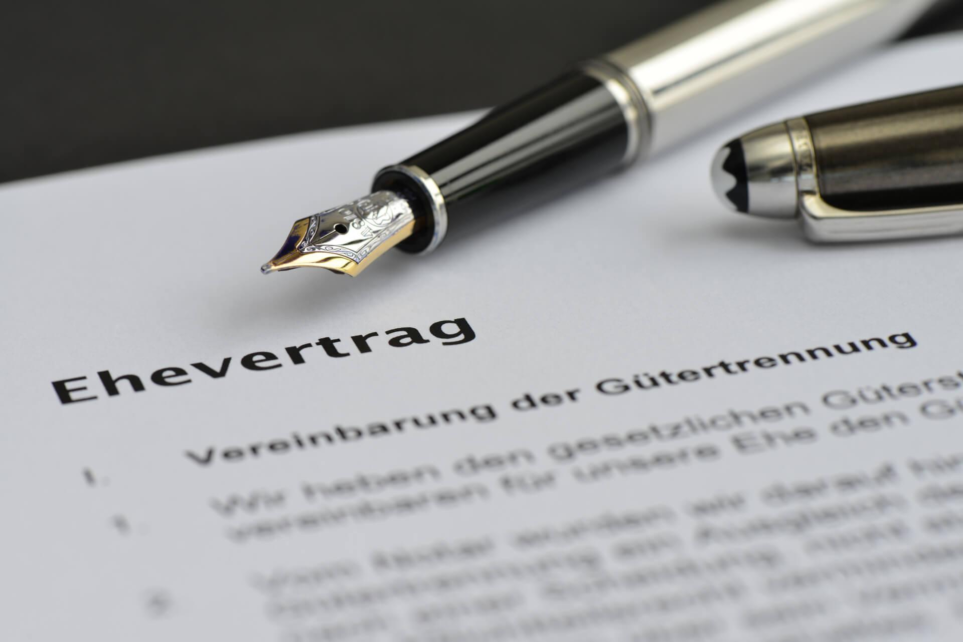 Abbildung Ehevertrag mit Stift